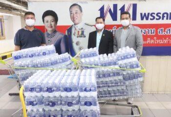 """<span>""""ผู้ว่าราชการจังหวัดสมุทรปราการ"""" ให้เกียรติรับมอบน้ำดื่ม 1,200 ขวด เพื่อนำไปข่วยเหลือประชาชน (ชมคลิป)</span>"""